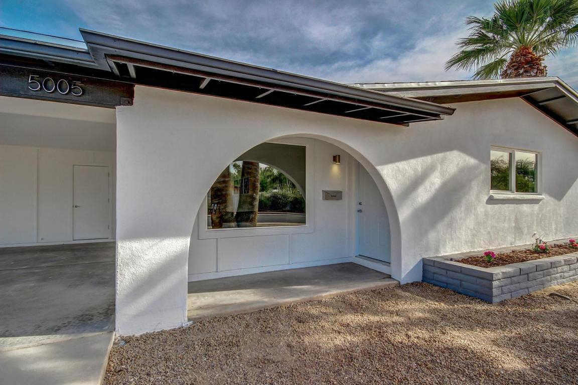 White stucco exterior with black trim in Tempe, AZ