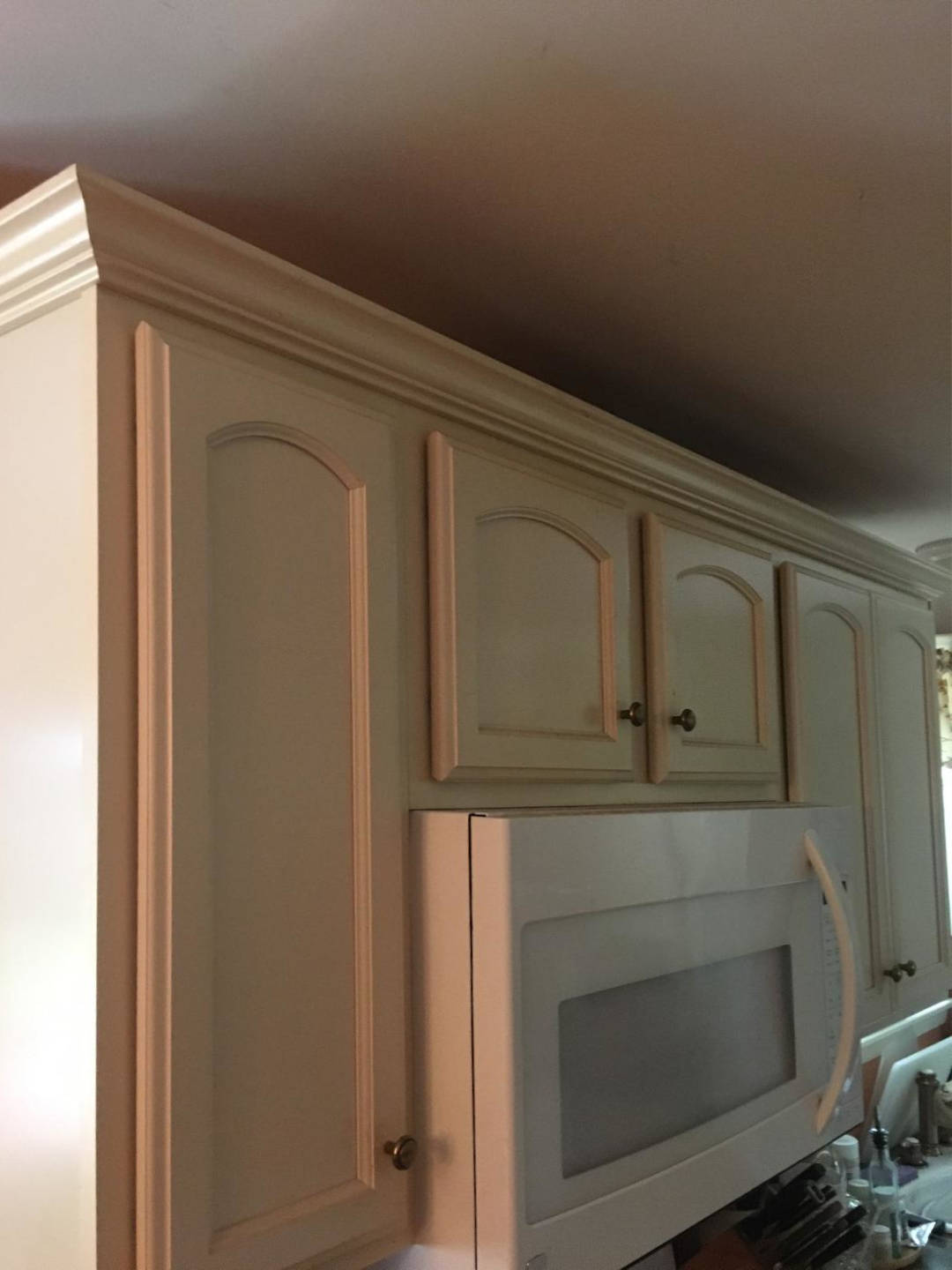 Off-white-kitchen-cabinets-with-crown-molding-Scottsdale-3-opt